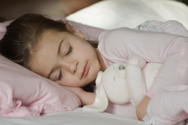 child-sleeping-with-stuffed-animal_wvlmby